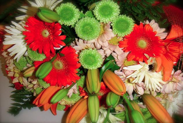 Дарить цветы – толкование сна по сонникам
