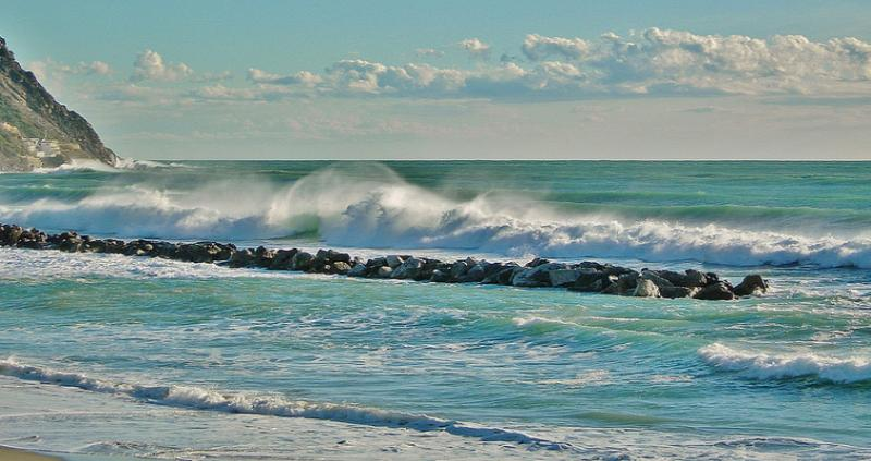 Приснилась вода в море- толкование сна по сонникам