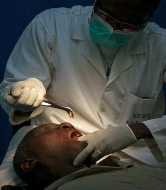 Приснилось вырвать зуб – толкование сна по сонникам